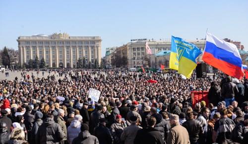 Người dân tỉnh Kharkov tập trung biểu tình ở quảng trường trung tâm