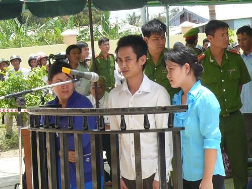 Các bị cáo tỏ ra run sợ khi đứng trước vành móng ngựa