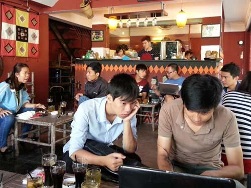 Không gian quán cà phê nguyenchatcoffee của công ty Tây Nguyên có những chi tiết đặc thù văn hóa Tây Nguyên.  Ảnh: Minh Phúc