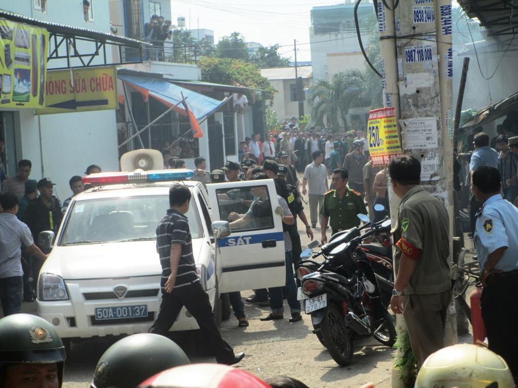 Cảnh sát 113 được điều đến cùng công an phường khống chế hung thủ