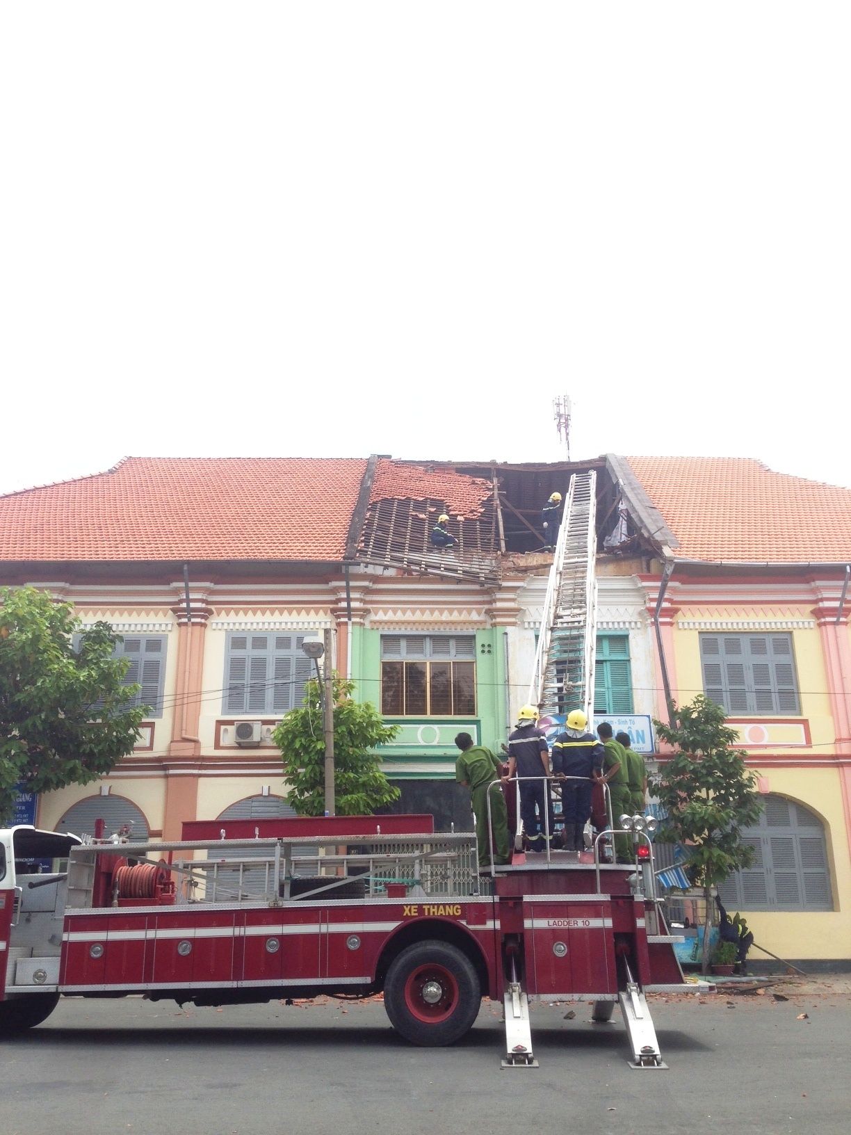 Cảnh sát PCCC tháo dỡ mái nhà cổ