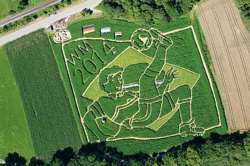 Bức tranh khổng lồ vẽ từ cánh đồng ngũ cốc mừng chiến thắng của tuyển Đức