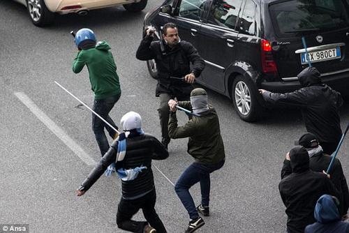 Cổ động viên Lazio tấn công cả lực lượng cảnh sát