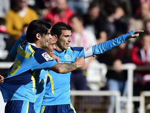 Carlos Bacca (giữa) sau pha lập công cho Sevilla