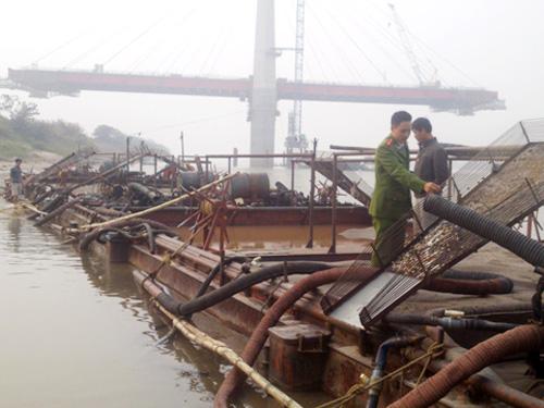 Công an TP Hà Nội bắt một vụ cát tặc trên sông Hồng, đoạn gần cầu Nhật Tân - Ảnh: ANTĐ