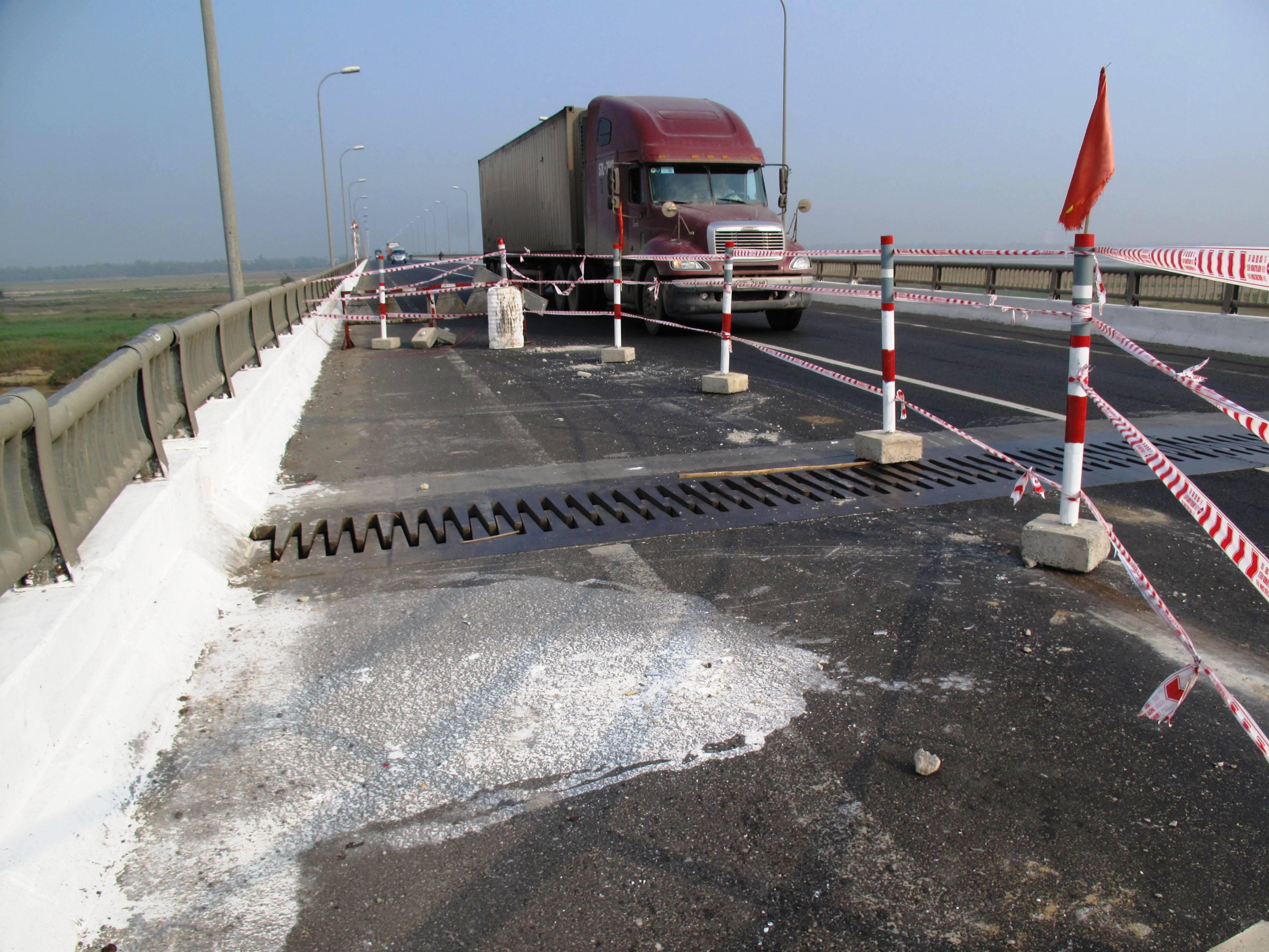 Đơn vị quản lý cầu rào chắn 1/3 mặt cầu để tránh nguy hiểm cho xe qua lại