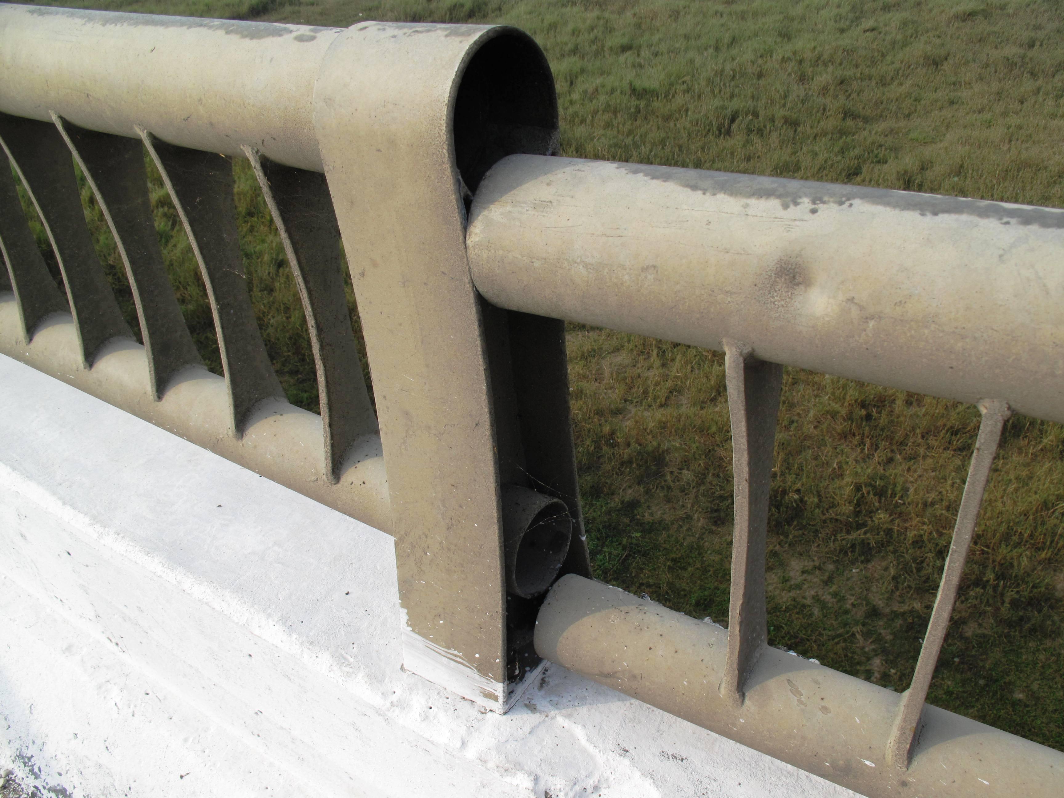 Lan can cầu bị bung ra do mặt cầu dịch chuyển