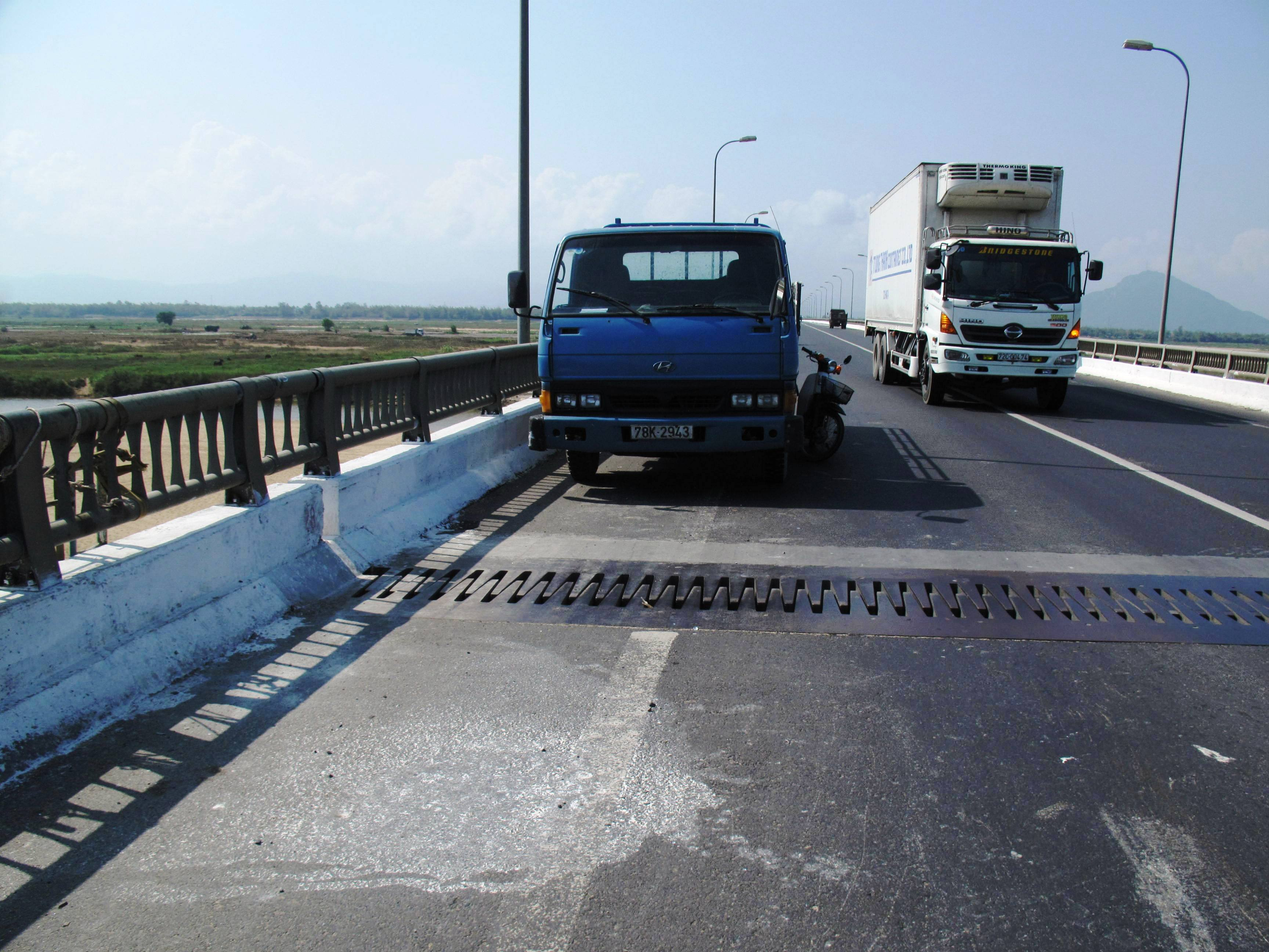 Việc khắc phục sự cố xê dịch ở cầu Đà Rằng tạm xong, lưu thông trở lại bình thường