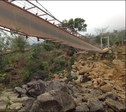 Tai nạn thương tâm xảy ra khi dòng người đưa đám ma qua cầu