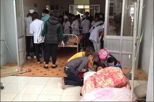 Sơ cứu nạn nhân ngay bên ngoài hiên bệnh viện