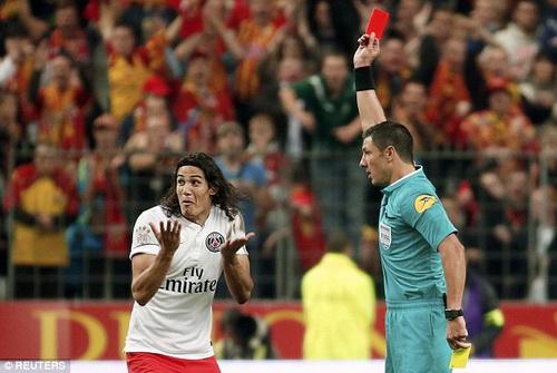 Cavani lãnh thẻ đỏ vì cách ăn mừng bàn thắng quá độc