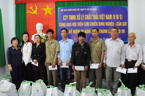 Các cựu chiến binh thuộc Hội Cựu chiến binh huyện Cần Giờ nhận quà từ VWS