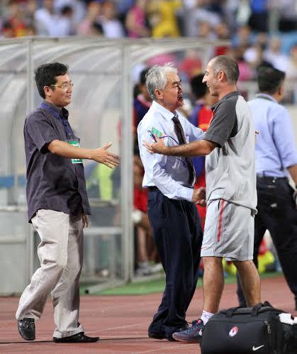 Lãnh đạo VFF xuống sân chúc mừng U19 Việt Nam sau trận