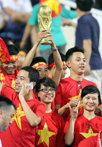 Có cả cúp vàng World Cup được các CĐV mang theo