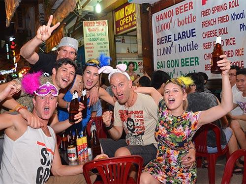 Khu phố Tây Bùi Viện, quận 1, TP HCM tấp nập khách nước ngoài uống rượu bia đến nửa đêm Ảnh: TẤN THẠNH