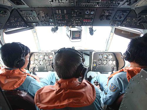 Các cán bộ của Ủy ban Quốc gia tìm kiếm cứu nạn trên trực thăng Mi 171 tập trung quan sát mặt biển