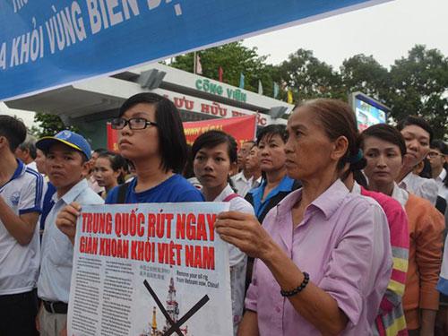 Người dân TP Cần Thơ tuần hành phản đối Trung Quốc. Ảnh: NHẬT THANH