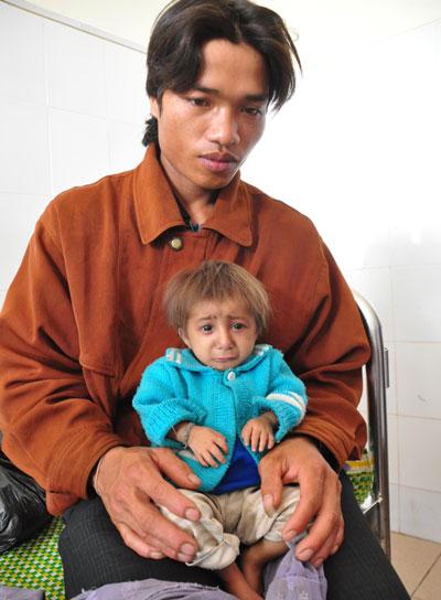Anh Đinh Văn Ăn cùng đứa con trai tí hon Đinh Văn Rể