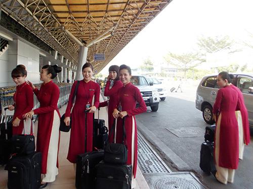 Các tiếp viên hàng không chuẩn bị lên máy bay làm nhiệm vụ