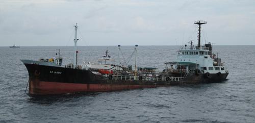 Tàu tuần tra Singapore và Malaysia tiếp cứu tàu chở dầu Ai Maru tại hiện trường vụ cướp. Ảnh: RFC