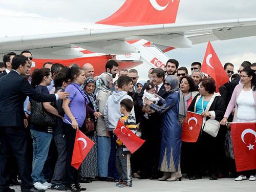 Các con tin Thổ Nhĩ Kỳ được đón tại sân bay Esenboga ở Ankara ngày 20-9  Ảnh: EPA