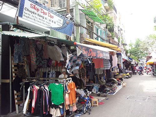 """Một khu vực bán đồ """"sida"""" ở chợ Bàn Cờ, quận 3, TP HCM Ảnh: PHƯƠNG THẢO"""