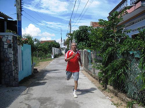 Mỗi sáng, ông Khi chạy bộ gần 10 km trước khi lao ra biển bơi gần  1 km nữa Ảnh: HỒNG ÁNH
