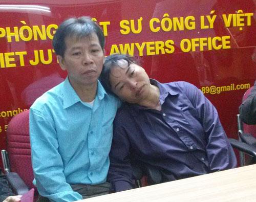 Vợ chồng ông Nguyễn Thanh Chấn tại Văn phòng Luật sư Công Lý Việt sáng 19-11-2013