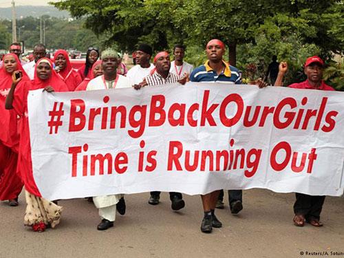 Cuộc vận động giải cứu các nữ sinh vẫn tiếp diễn trong khi chẳng ai hay biết về số phận các con tin trong tay Boko Haram. Ảnh: REUTERS