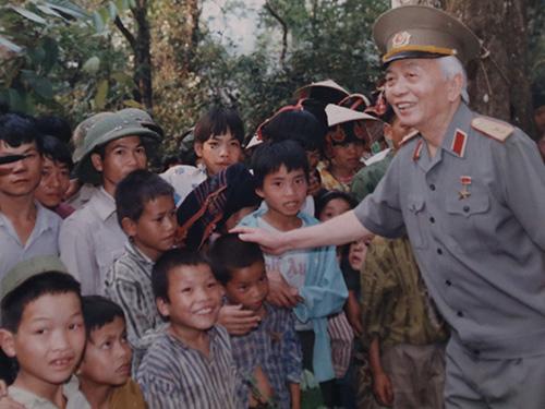Đại tướng trong lần thăm lại Mường Phăng và Tập đoàn cứ điểm Điện Biên Phủ năm 1994 (Ảnh do gia đình Đại tướng Võ Nguyên Giáp cung cấp)