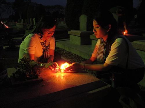 Bà Thân Thị Thư (trái), Trưởng Ban Tuyên giáo Thành ủy TP HCM và NSƯT Mỹ Uyên thắp nến tưởng niệm các liệt sĩ tại Nghĩa trang Liệt sĩ Độc Lập Ảnh: TIỂU QUYÊN
