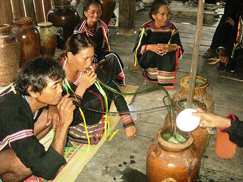 Một lễ cưới theo phong tục người Êđê ở buôn Lé A, xã Krông Pa, huyện Sơn Hòa, tỉnh Phú Yên Ảnh: LÊ KHA
