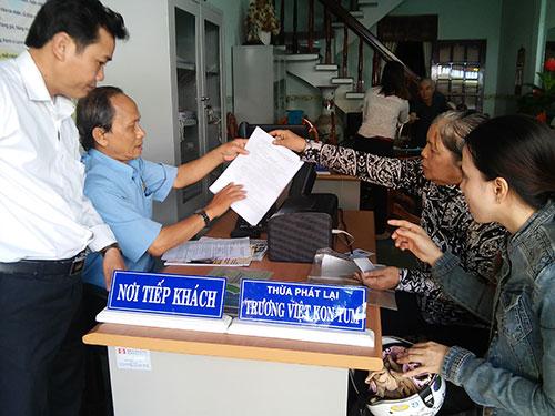 Nhân viên Văn phòng Thừa phát lại Bình Định tư vấn cho khách hàng đề nghị xác minh điều kiện thi hành án Ảnh: Anh Tú