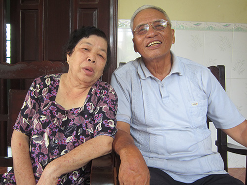 Ông Nguyễn Văn Ba (Ba Quang) và vợ - bà Lê Thị Kim Ba - tại nhà ở huyện Đức Linh, tỉnh Bình Thuận Ảnh: NGUYỄN NHÂM