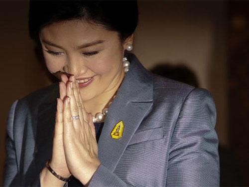 Bà Yingluck chào theo kiểu truyền thống khi rời tòa hôm 6-5. Ảnh: Reuters