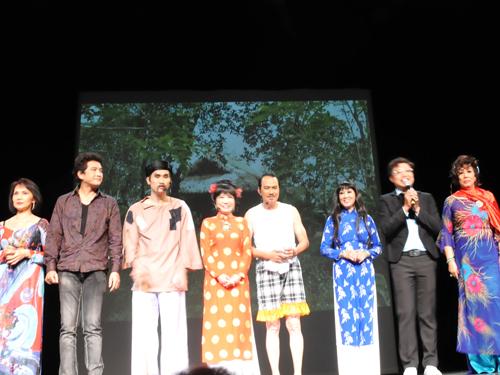 Các nghệ sĩ trong chương trình Hương sắc cải lương của Hội Bảo tồn cải lương Về nguồn diễn tại Nhà hát Charenton ngoại ô Paris.