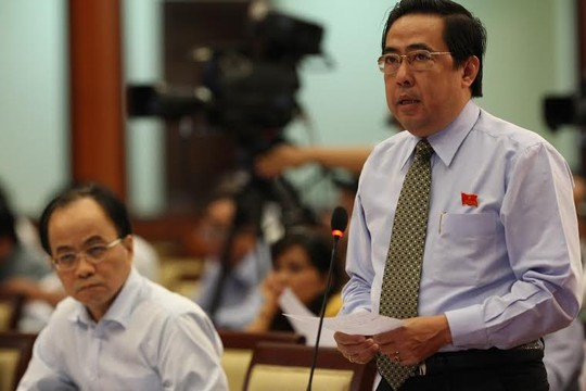 Đại biểu Nguyễn Văn Lâm chất vấn về những dự án chậm triển khai tại phiên chất vấn HĐND TP HCM sáng 10-7