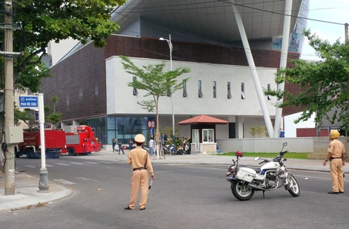 Xe cứu hỏa được đưa đến Trung tâm Hành chính TP Đà Nẵng để dập lửa