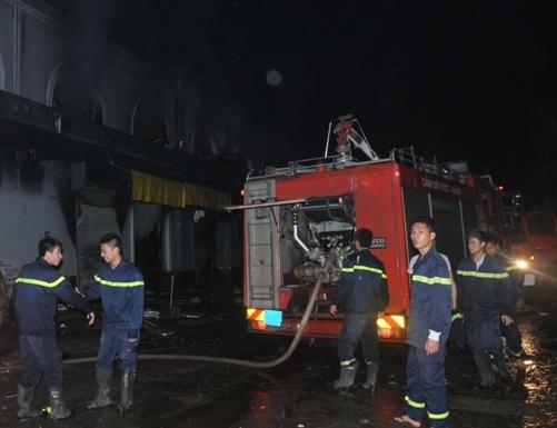 Tổng cộng có 18 xe chữa cháy được huy động, chưa kể xe chở nước