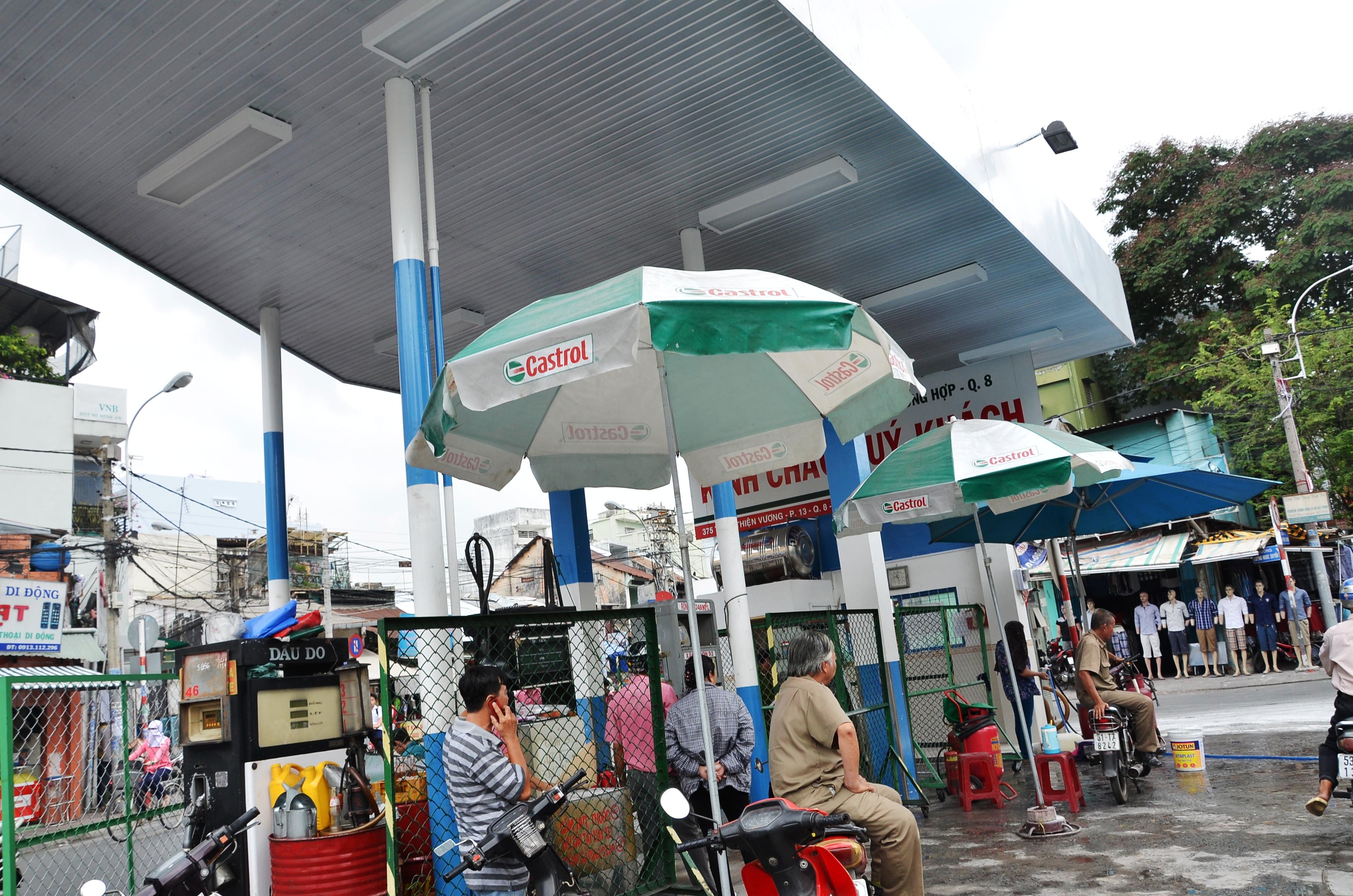 Trụ bơm xăng trong cây xăng của Công ty Cổ phần Thương nghiệp tổng hợp quận 8, số 375 Tùng Thiện Vương, phường 13, quận 8 - TP HCM, phát nổ sáng 22-4.