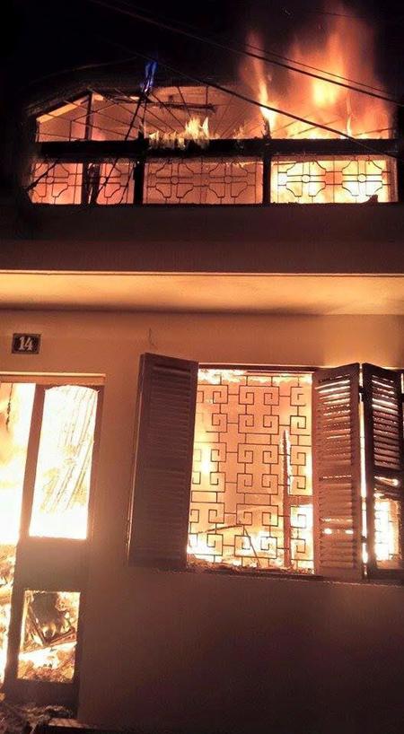 Căn nhà bị ngọn lửa quá lớn bao trùm - Ảnh: CTV