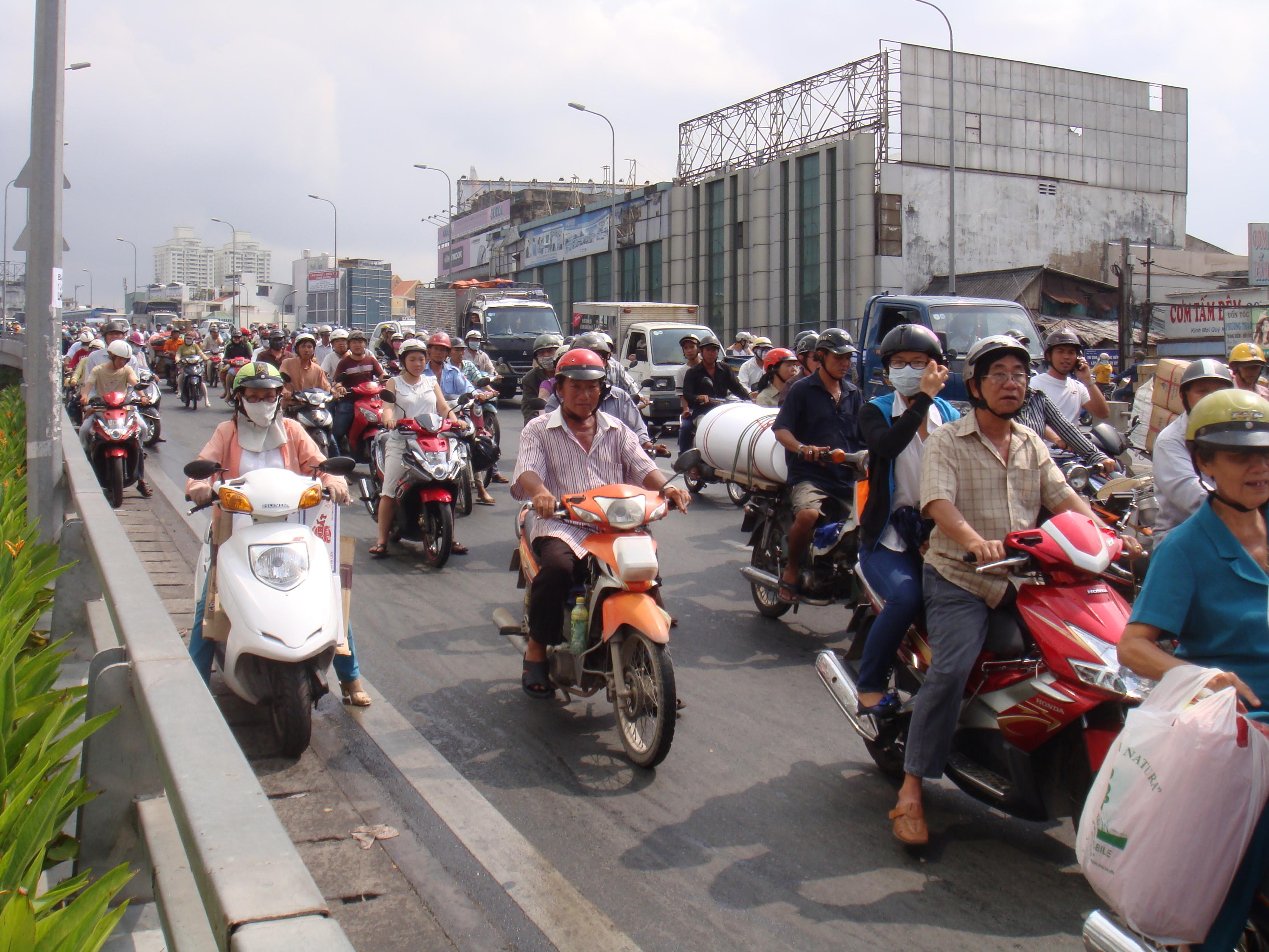 Người đi đường phải nép sát vào thành cầu để tiếp tục lưu thông.