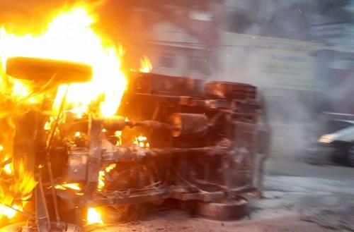 Chiếc xe tải bốc cháy sau vụ tai nạn