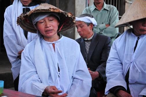 Người nhà đau buồn trước cái chết của cụ bà Nguyễn Thị Luyệt