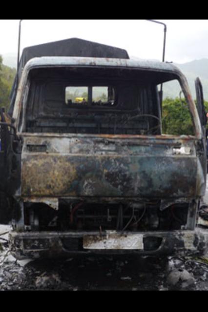 Xe taxi tải bị cháy cùng 200 thùng bia