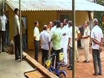 Cảnh sát ập vào bắt Ajit Dabholkar và trợ lý. Ảnh: NDTV