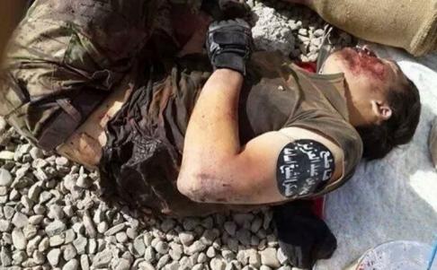 2 tấm ảnh được cho là chụp một tay súng Trung Quốc trong hàng ngũ IS. Ảnh: FACEBOOk