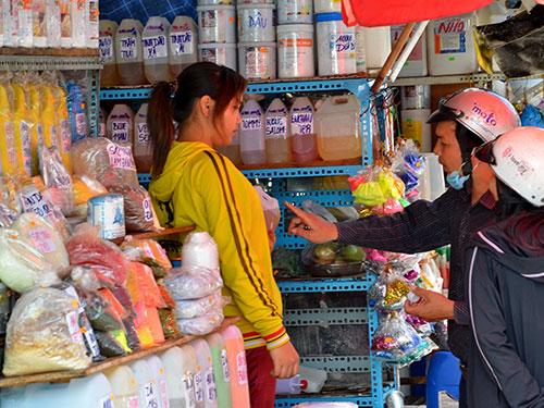 Mua bán hóa chất quá dễ ở chợ Kim Biên, quận 5, TP HCM Ảnh: TẤN THẠNH