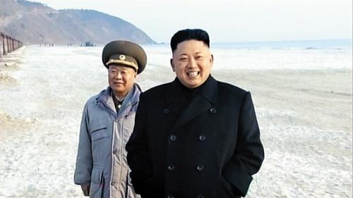 Ông Choe Ryong-hae (phía sau) tháp tùng nhà lãnh đạo Triều Tiên Kim Jong-tại một sự kiện được cho là diễn ra sau ngày 23-2. Ảnh: Chosun Ilbo