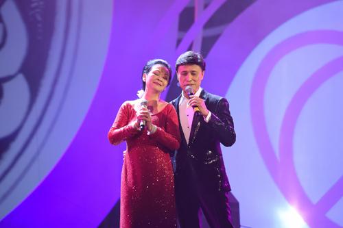 Tuấn Ngọc và Khánh Ly song ca Hãy yêu nhau đi sau khi nam ca sĩ nhắc lại kỷ niệm khi hai người còn cùng hát trong đội ca nhi đồng của Hà Nội cho tới khi được mời ra khỏi đội vì không còn là nhi đồng nữa. Khánh Ly sinh ra và lớn lên ở Thủ đô nhưng năm 9 tuổi, bà theo gia đình di cư vào miền Nam.